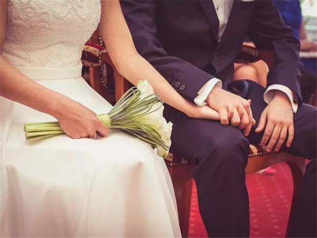订婚女方父母该给男方红包多少_聊城订婚穿啥衣服