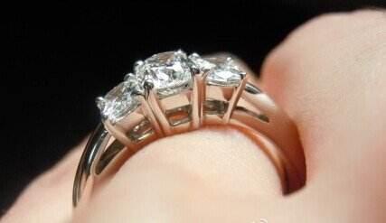 订婚戒指是什么时候买_一般订婚买什么戒指好