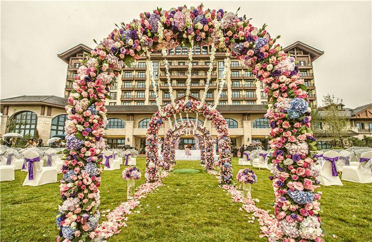 婚礼拱门装饰图片_草坪婚礼拱门装饰
